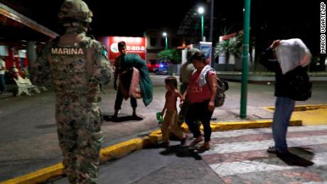 Un marin mexicain se tient près du campement où des familles de migrants migrants sont expulsées d'un parc de Tapachula le 29 mai.