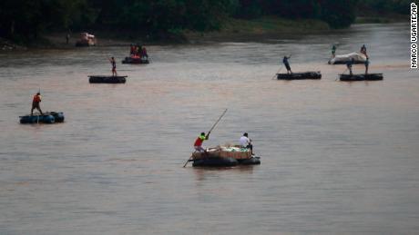 Des radeaux traversent la rivière Suchiate à la frontière entre le Guatemala et le Mexique, près de Ciudad Hidalgo, au Mexique, le 31 mai 2019.