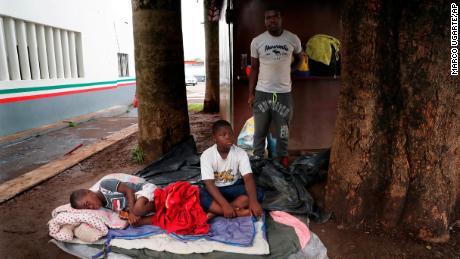 Une famille de migrants haïtiens attend dans un centre d'immigration à Tapachula, au Mexique, le 29 mai 2019.