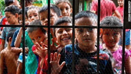 Des enfants migrants font la queue pour prendre leur repas à la porte du refuge Jesus del Buen Pastor del Pobre y El Migrante, à Tapachula, au Mexique, le 30 mai 2019. L'opinion publique à propos de l'immigration a décollé dans certaines parties du Mexique alors que le nombre de migrants au pays a augmenté.