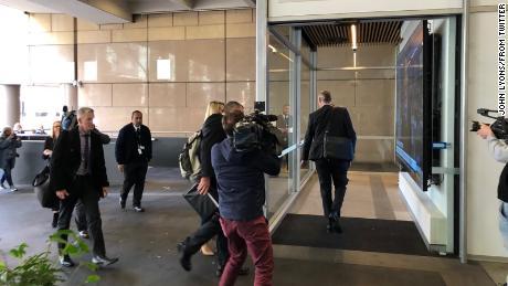 La police entre dans les bureaux de ABC à Sydney mercredi. Ils ont saisi plusieurs documents.
