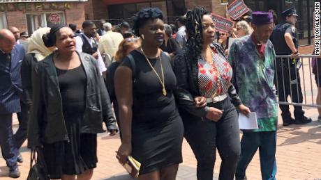 La mère de Garner, Gwen Carr, deuxième de droite, quitte le tribunal avec des membres de sa famille mercredi.
