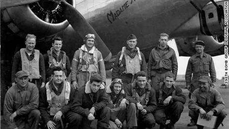 Dans cette photo de juillet 1944, le père de Bill Carter, Richard, occupe le troisième rang à gauche et le pilote du 602nd Squadron, Paul Roderick, le deuxième à gauche dans la rangée supérieure.