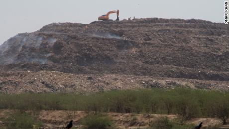 Environ 70% de la consommation de plastique de l'Inde se transforme en déchet, en grande partie accumulé dans des décharges comme Bhalswa.
