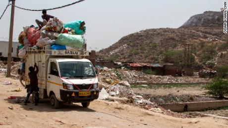 Lokesh collecte les déchets plastiques des sites d'enfouissement pour les recycler dans des sacs ou des pantoufles en plastique.