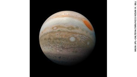 """En juin, la NASA a annoncé que les téléspectateurs chanceux pourraient """"apercevoir un soupçon de nuages en bandes"""" qui entourent Jupiter."""