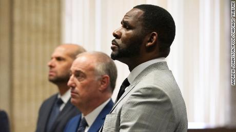Prosecutors allege R. Kelly's former manager called in gun threats to 'Surviving R. 凯莉' 筛选