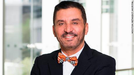 Le Dr. Hassan Ibrahim a évalué Dewhurst avant l'opération chez Houston Methodist.