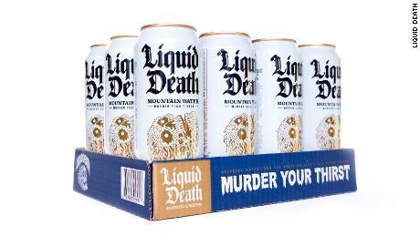 """Avec le slogan """"Assassiner ta soif,"""" Liquid Death applique le marketing audacieux de boissons énergisantes à une boisson à base d'eau."""