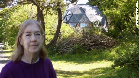 Linda Nall, 72 ans, a mis des pancartes dans sa cour et dans sa voiture à la recherche d'un donneur de rein.