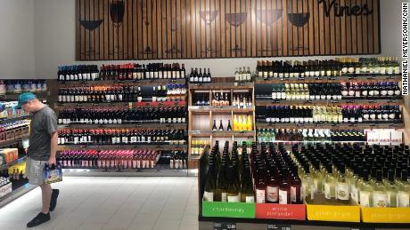 Aldi à Bentonville a une section consacrée au vin et à la bière artisanale.