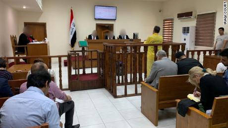 Murad Mohammad Mustafa est le dos à la caméra devant le tribunal irakien de Bagdad, le lundi 3 juin.