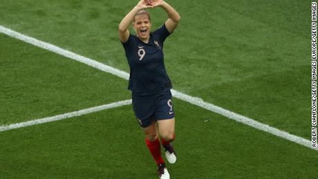 Eugénie Le Sommer célèbre le premier but de la France.