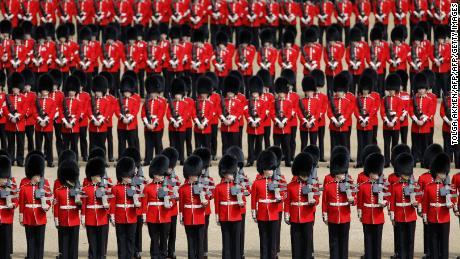 Plus de 200 chevaux, 400 musiciens et 1 400 officiers participent au défilé.