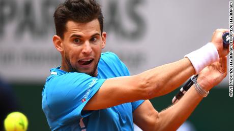 Dominic Thiem frappe un revers lors de sa demi-finale de Roland-Garros samedi face à Novak Djokovic.