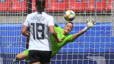 La gardienne allemande Almuth Schult garde son équipe dans le match lors d'une première période difficile contre la Chine.