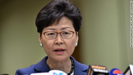 La directrice générale Carrie Lam tient une conférence de presse à Hong Kong le 10 juin 2019, un jour après que la ville ait assisté à sa plus grande manifestation de rue depuis au moins 15 ans, alors que la foule se massait contre les projets d'autorisations d'extradition vers la Chine.