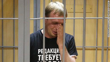 Golunov tombe en panne lors d'une audience devant un tribunal de Moscou samedi.