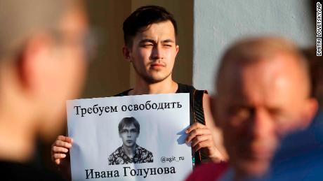Un manifestant à Saint-Pétersbourg brandit une affiche réclamant la libération de Golunov samedi.