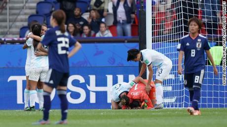 Les joueuses argentines célèbrent leur premier point de l'histoire de la Coupe du monde féminine