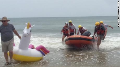 Oak Island Water Rescue a sauvé un garçon de 8 ans qui a dérivé dans l'océan Atlantique sur un char de licorne.