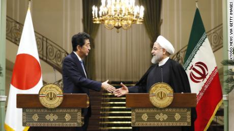 Le Premier ministre japonais Shinzo Abe, à gauche, et le président iranien Hassan Rouhani se serrent la main après une conférence de presse conjointe à Téhéran.