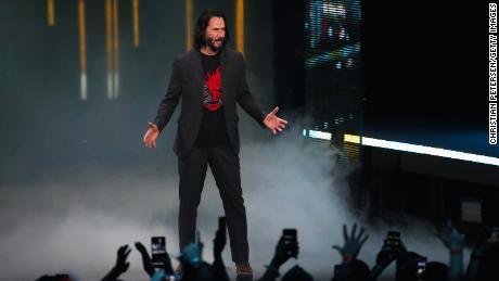 """Los Angeles, Californie - juin 09: l'acteur Keanu Reeves parle de """"Cyberpunk 2077"""" du développeur CD Projekt Red lors du briefing Xbox E3 2019 au Microsoft Theatre le 09 juin 2019 à Los Angeles, en Californie. (Photo de Christian Petersen / Getty Images)"""