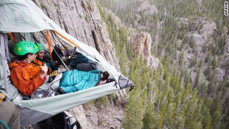 Dormez dans une tente sur une falaise pour 1 000 $.