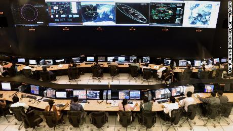 Des scientifiques et ingénieurs indiens de l'Organisation de recherche spatiale indienne (ISRO) surveillent la mission Mars Orbiter (MOM) au centre de localisation, à Bangalore, le 27 novembre 2013.