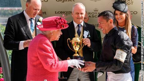 La reine Elizabeth II présente à Frankie Dettori la coupe d'or Ascot en 2018.