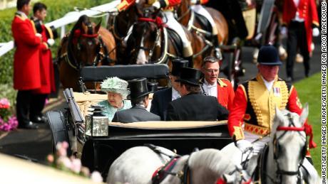 La reine Elizabeth II arrive avec la procession royale lors de la Royal Ascot l'année dernière.