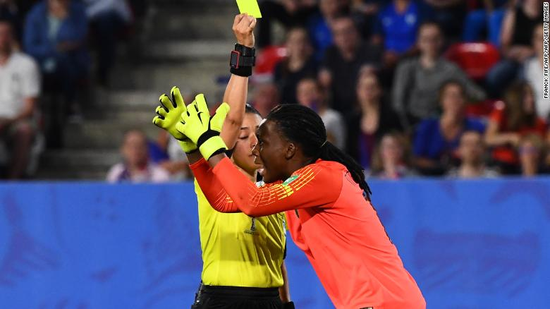 Thủ môn Nnadozie của Nigeria phản ứng khi trọng tài người Melania, Melissa Borjas, quyết định Pháp có thể tái nhận một quả phạt đền.