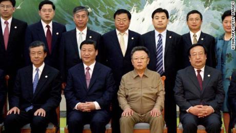 Cette photo, publiée par KCNA le 18 juin 2008, montre la Chine Xi Jinping (centre-gauche) et le défunt dirigeant nord-coréen Kim Jong Il (centre-droite) après leur réunion à Pyongyang.