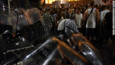 A grúz rendőrség könnygázt használt arra, hogy több ezer tüntetőt szétszórjon az ország parlamentjét.