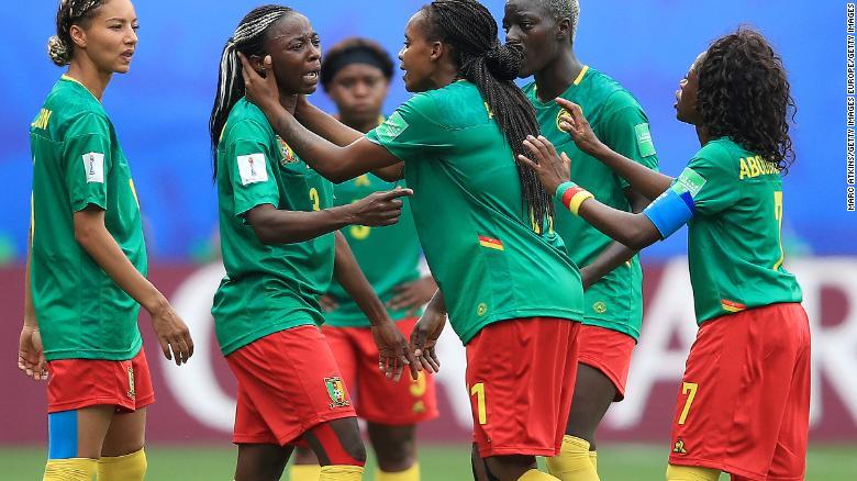 Ajara Nchout của Cameroon đang quẫn trí sau khi mục tiêu của cô bị loại vì lỗi việt vị sau khi kiểm tra VAR.
