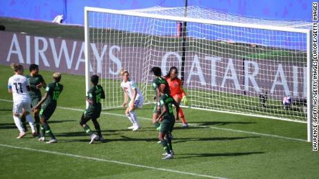 Popp ghi bàn cho Đức trong khi đồng đội Huth đứng trước hậu vệ cuối cùng khi bóng được chơi.