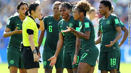 Các cầu thủ Nigeria đối đầu với Yoshimi Yamashita sau khi trọng tài thưởng phạt cho Đức.