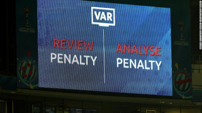 Một màn hình LED hiển thị đánh giá VAR được đưa ra đối với quyết định phạt ở World Cup của Phụ nữ.