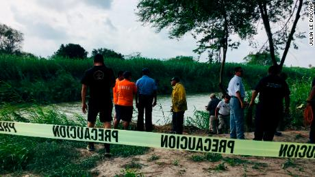 Père et sa fille qui est morte en essayant de traverser aux États-Unis sont enterrés au Salvador