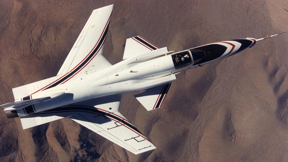 NASAのではなく、原理という大きなジェット戦闘機との反転翼