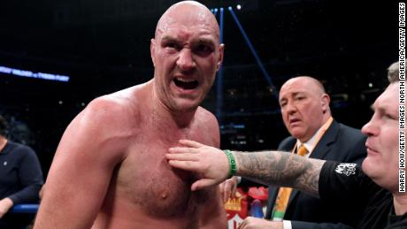Tyson Fury bat Otto Wallin dans le combat brutal de Las Vegas
