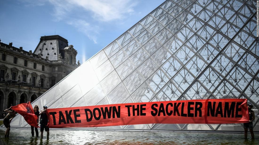 ルーブル美術館削除しますSacklerファミリー名から博物館の壁