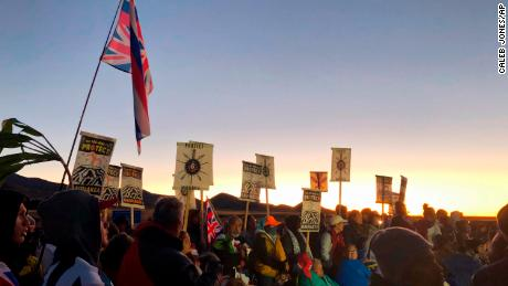 Mauna Kea: Hawaii protesters delay giant telescope construction