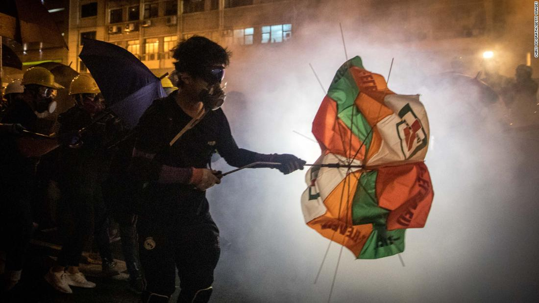 Protesters clash with police on Sunday, luglio 21.