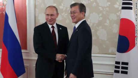 El presidente ruso Vladimir Putin y el presidente de Corea del Sur, Moon Jae-in, celebran una reunión bilateral al margen de la cumbre del G20 en Osaka el 28 de junio.