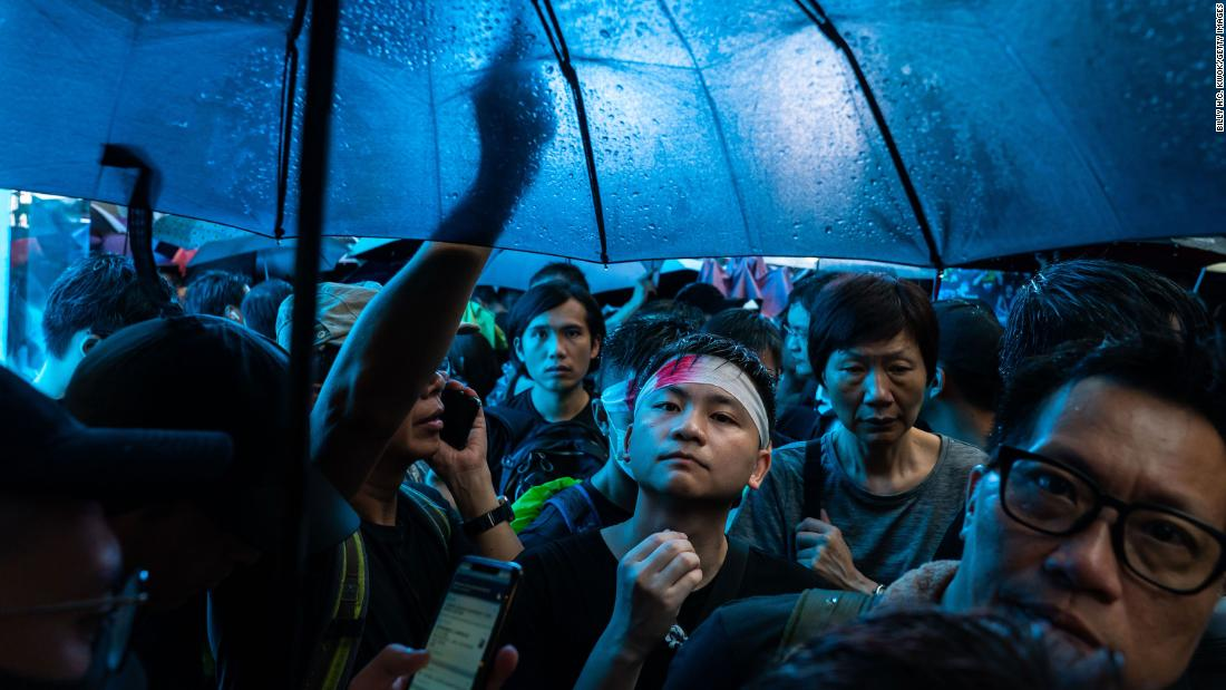 Protesters march under umbrellas on Sunday, agosto 18.