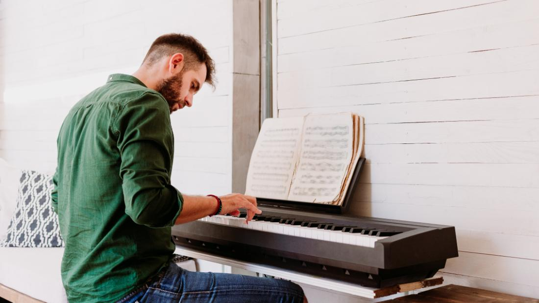 Start playing piano, reading music and learning tunes by ear in this 10-hour course