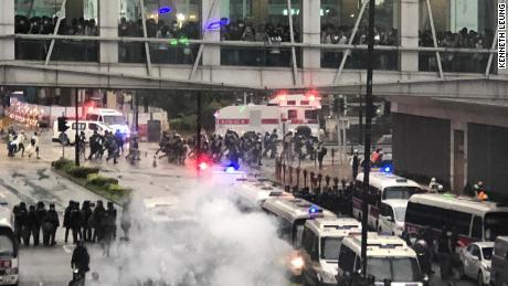 Bereitschaftspolizei und Demonstranten treten am 25. August 2019 im Hongkonger Stadtteil Tseun Wan gegeneinander an.