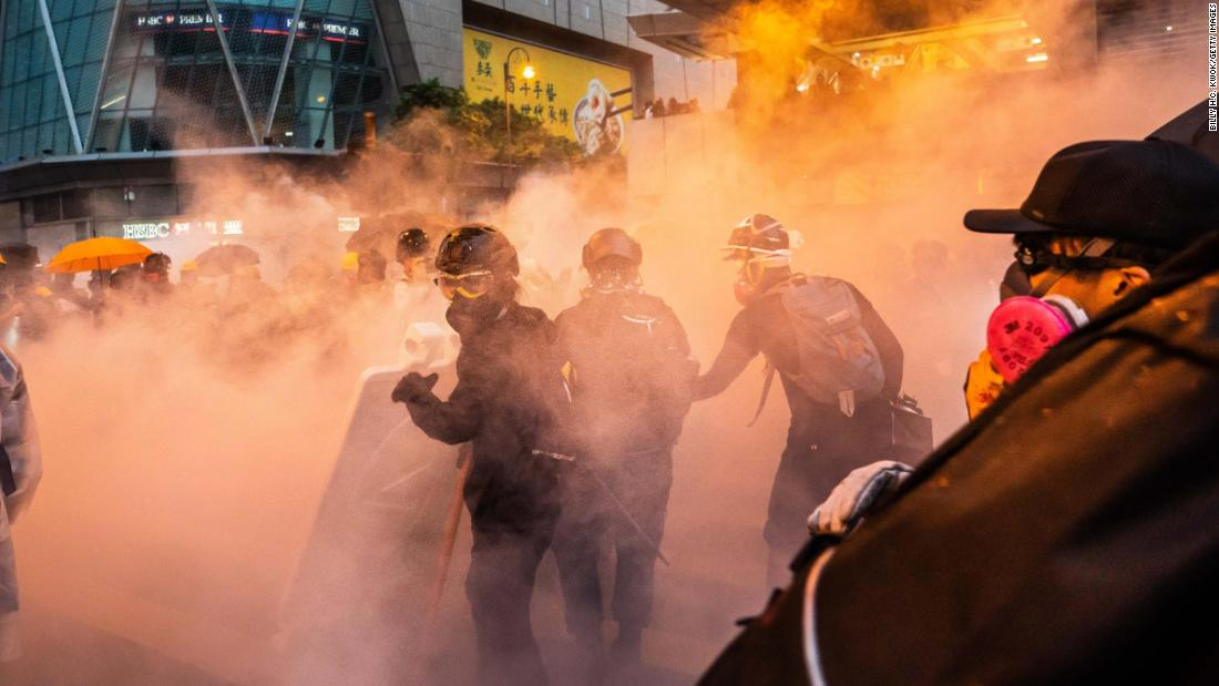 "Protesters clash with police after a rally in Hong Kong's Tsuen Wan district on Sunday, agosto 25. <a href =""https://www.cnn.com/2019/08/25/asia/hong-kong-protest-aug-25-intl-hnk/index.html"" target =""_blank&ampquott;>It was one of the most violent nights</un> seen in Hong Kong since mass protests began in June."