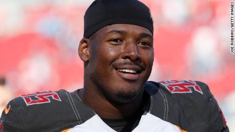 Veterinario de tres años de la NFL revela que es bisexual